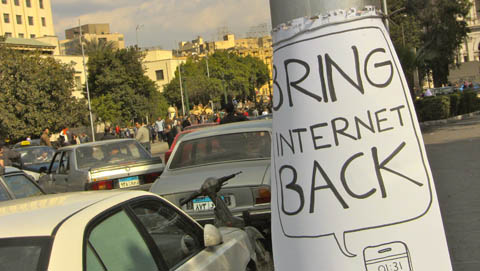 """""""Bring Intrenet back"""" Foto eines Protestzettels, R. Gutjahr, derzeit in Kairo"""